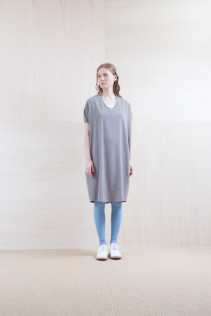 Dress_ S15-O182 OSOP 25,500yen+tax br; Leggings_ S15-T53 BEAL 8,500yen+tax br;